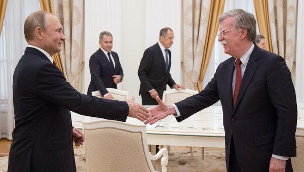 Президент РФ Владимир Путин и советник президента США по вопросам национальной безопасности Джон Болтон. Архивное фото