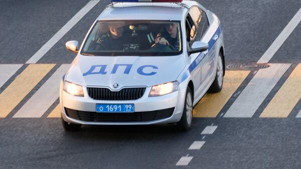 Автомобиль ДПС на пешеходном переходе. Архивное фото