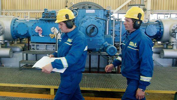Рабочие на газораспределительной станции компании PGNiG под Варшавой, Польша
