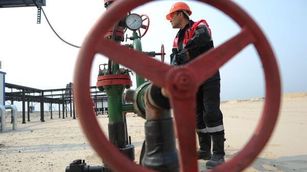 Оператор по добыче нефти. Архивное фото