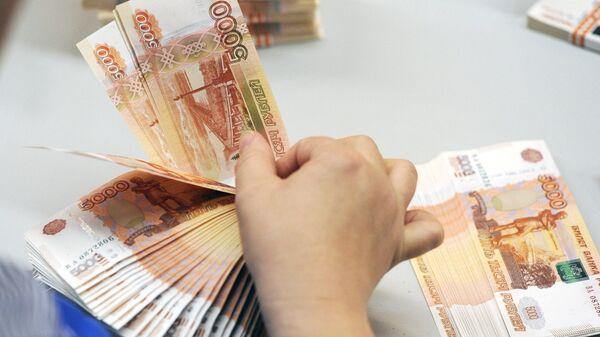 Напечатанные банкноты на участке выборочного контроля качества печати, резки и упаковки на фабрике ФГУП Гознак в Перми
