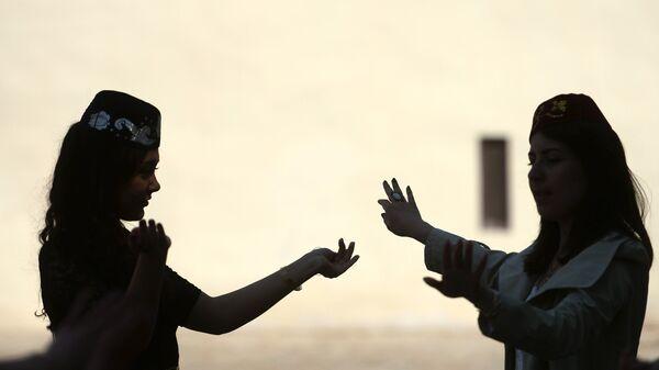Национальные танцы крымских татар на территории Ханского дворца — Хансарая в Бахчисарайском историко-культурном заповеднике Крыма