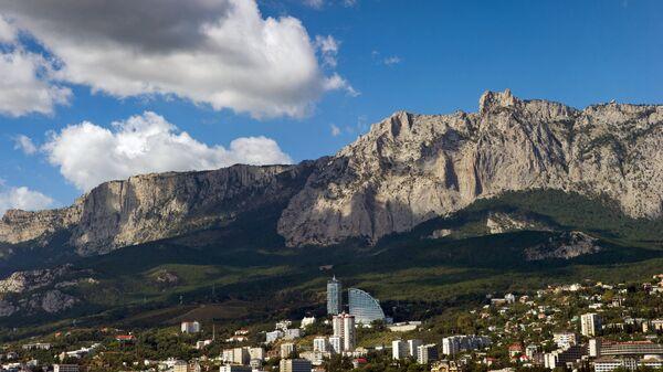 Вид на гору Ай-Петри и поселок Мисхор со стороны Черного моря в Крыму