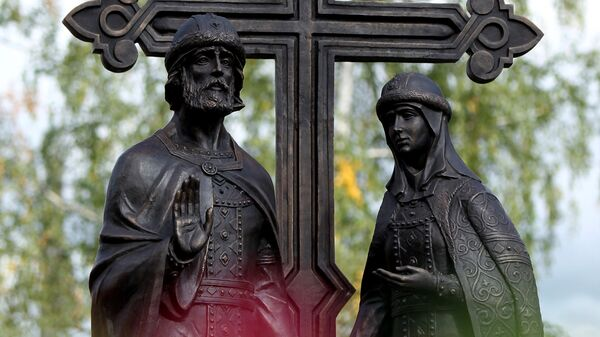 Памятник святым Петру и Февронии в сквере напротив Покровского собора в Великом Новгороде. Архивное фото