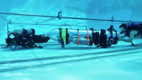 Устройство, созданное компаниями SpaceX и The Boring, принадлежащими Элону Маску, которое должно помочь спасти оставшихся членов футбольной команды из в затопленной пещеры, проходит испытания в бассейне в Лос-Анджелесе, Калифорния, США