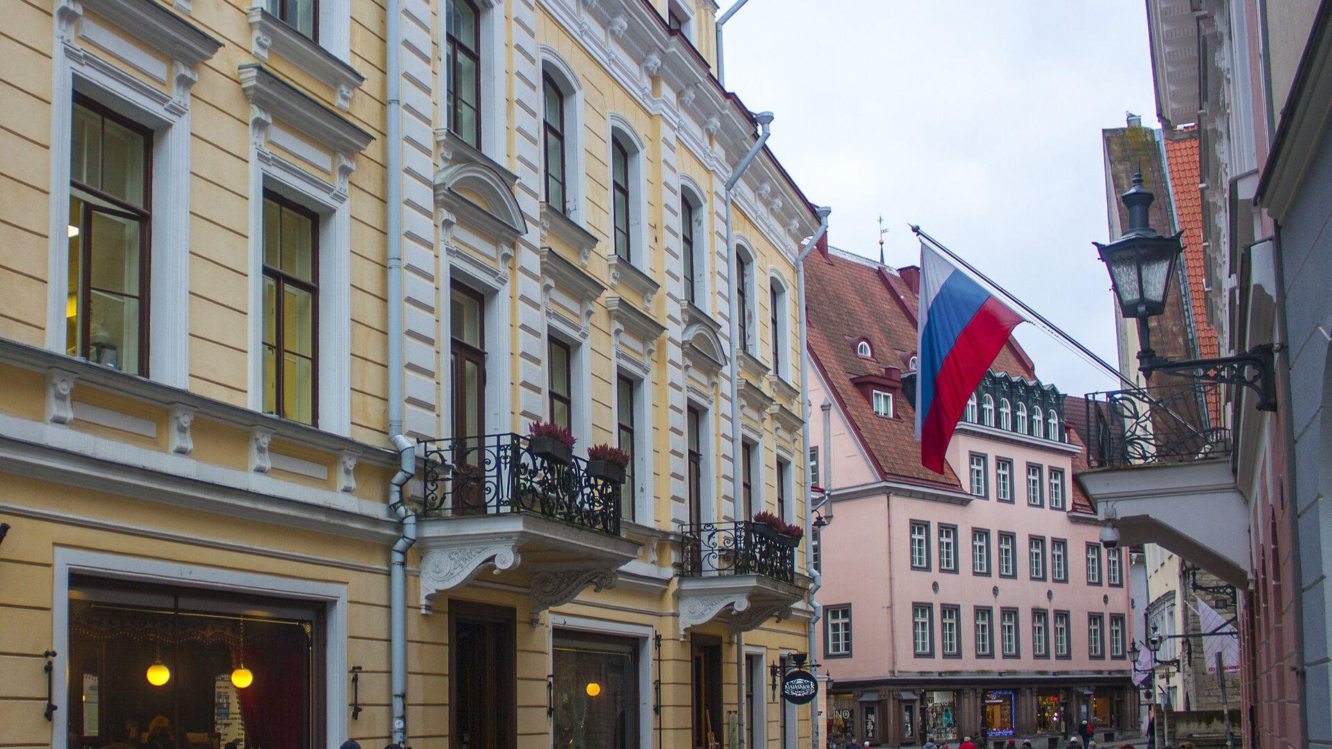 Флаг России на одном из зданий в старом городе в Таллине - РИА Новости, 1920, 24.02.2021
