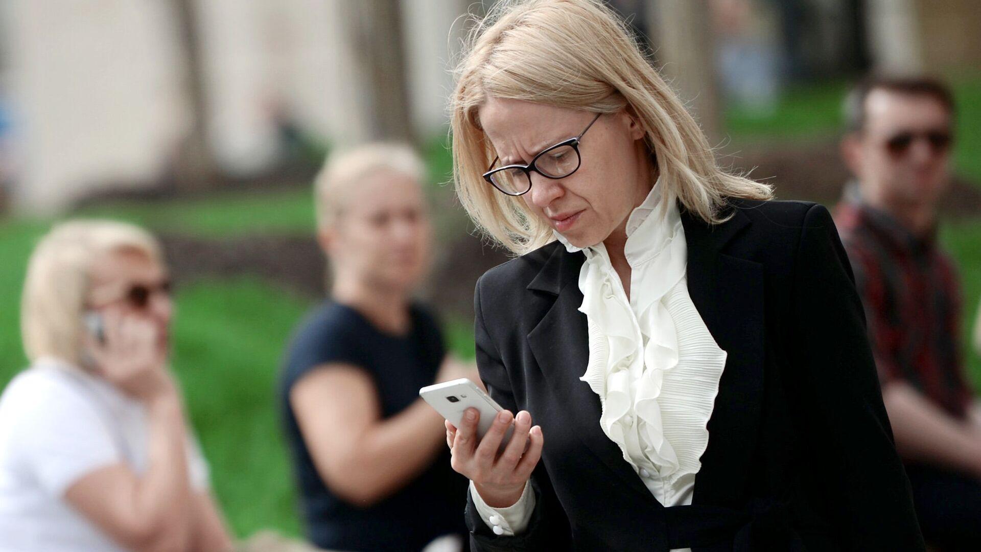 Женщина с мобильным телефоном  - РИА Новости, 1920, 30.09.2020
