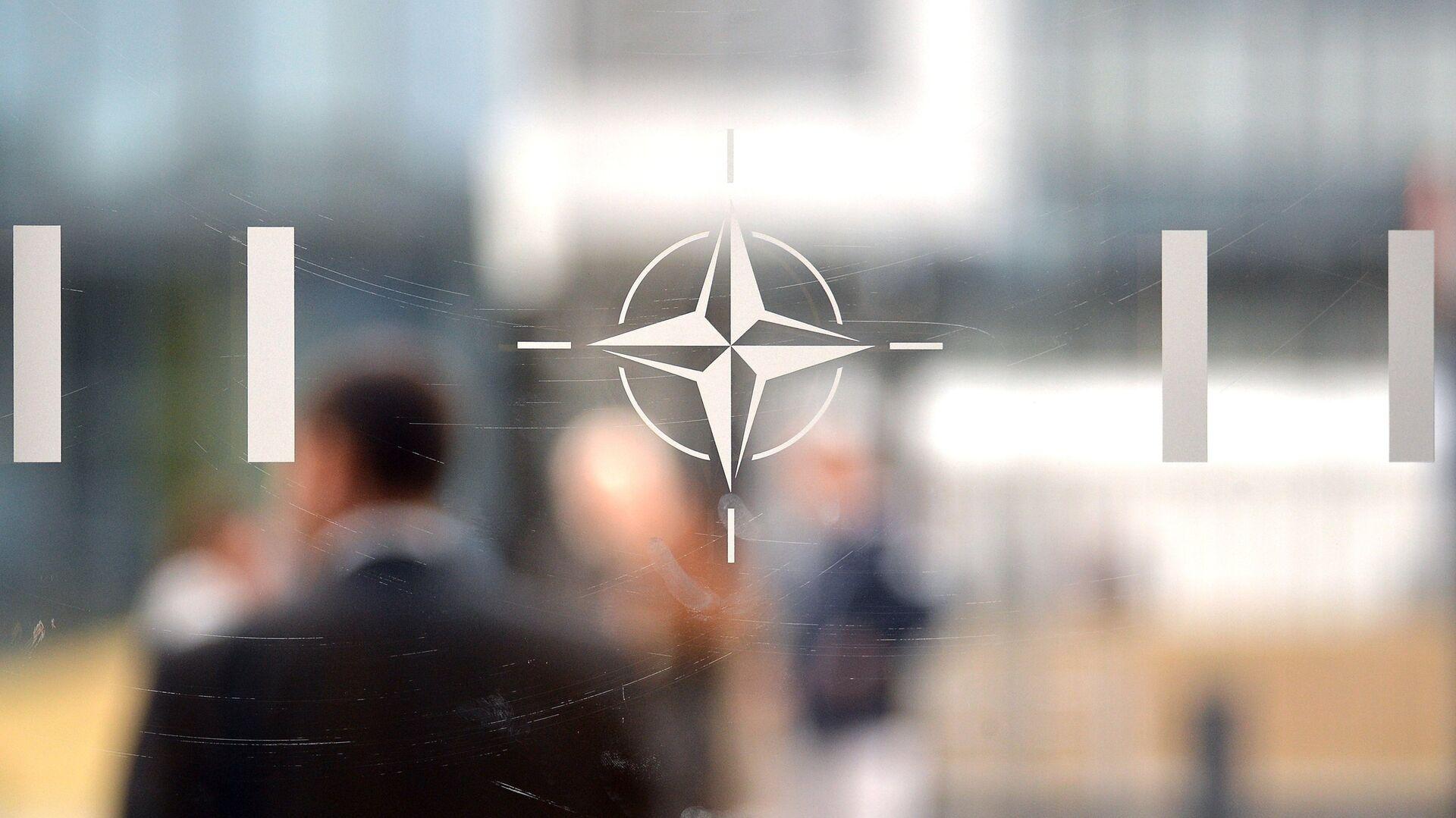 Эмблема Организации Североатлантического договора (НАТО) в Брюсселе - РИА Новости, 1920, 14.06.2021