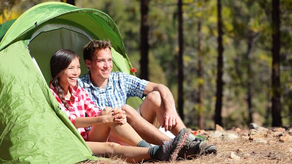 Молодая пара в палатке