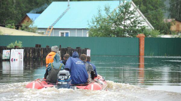 Сотрудники МЧС на затопленной в результате паводка улице в Чите