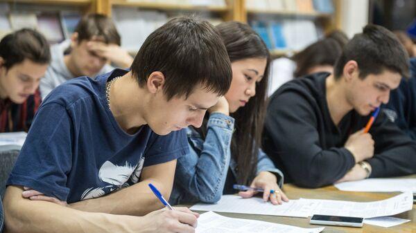 Студенты во время тестирования