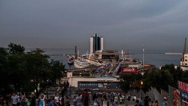 Вид на Одесский морской вокзал и отель Одесса с Потемкинской лестницы