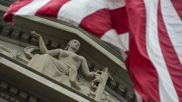 Флаг США у здания министерства юстиции в Вашингтоне. Архивное фото