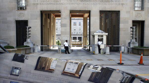 Сотрудники службы безопасности перед зданием Министерства Юстиции США