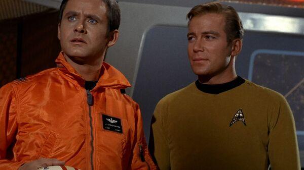 Роджер Перри (слева) и Уильям Шетнер в телесериале Звездный путь