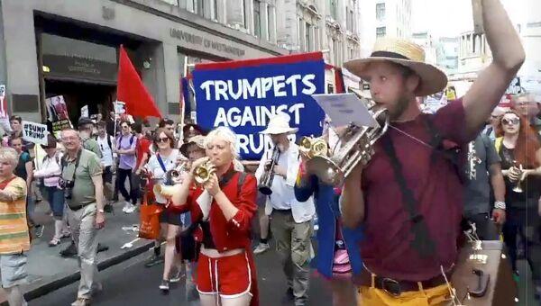 В Лондоне тысячи противников президента США Дональда Трампа провели второй раунд акций протеста, направленных против его визита в Великобританию