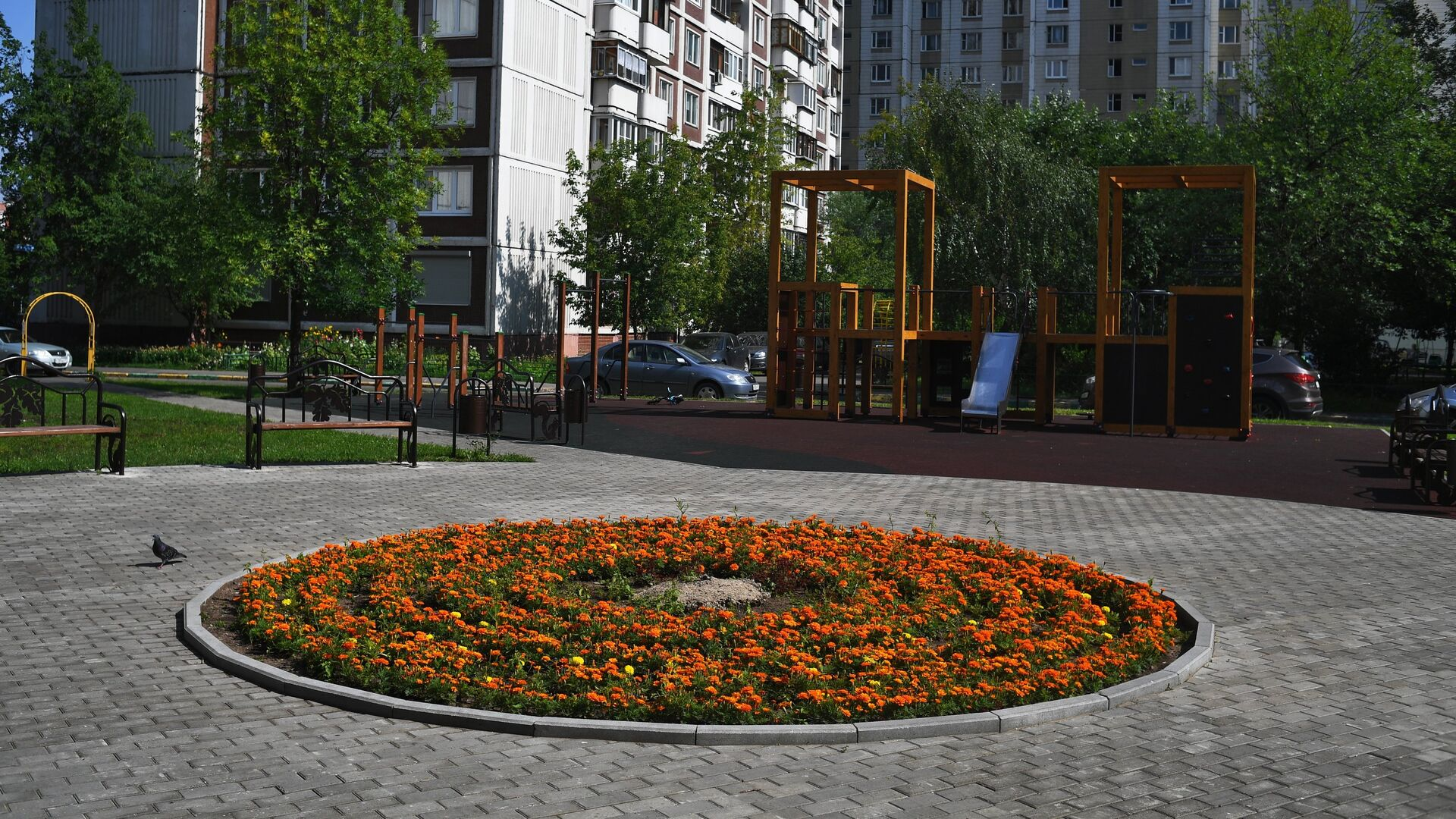 Детская игровая площадка и цветочная клумба во дворе дома в Москве - РИА Новости, 1920, 17.09.2021