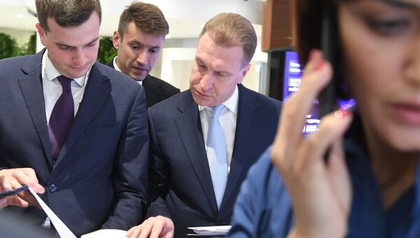 Председатель Внешэкономбанка (ВЭБ) Игорь Шувалов (в центре)