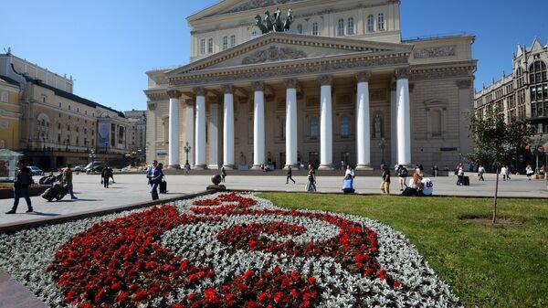 Цветник на площади у Большого театра в Москве