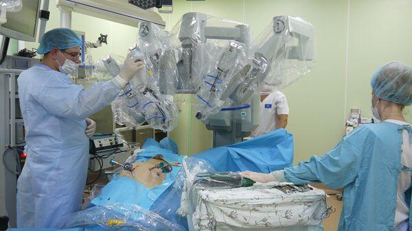 Врачи настраивают робота-хирурга