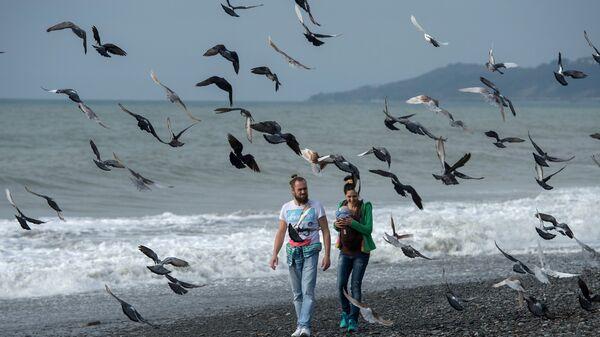 Молодые люди на пляже в Сочи