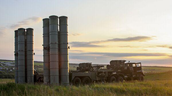 Зенитные ракетные комплексы С-300 Фаворит во время учений