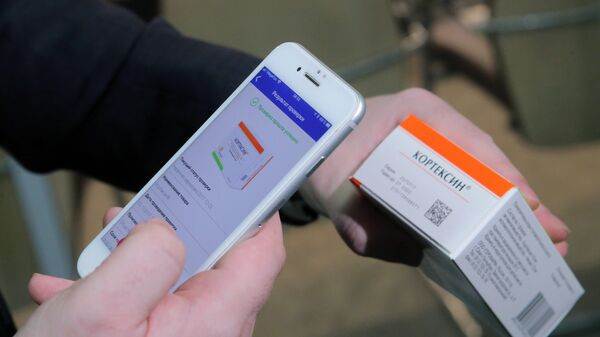 Демонстрация считывания QR кода с помощью смартфона с упаковки лекарственного средства