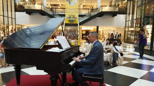 10-часовой музыкальной марафон российского пианиста Ивана Шарапова ко Дню рождения короля Таиланда. 26 июля 2018