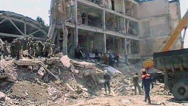 Спасатели разбирают завалы взорванного террористами–смертниками военного госпиталя в Моздоке