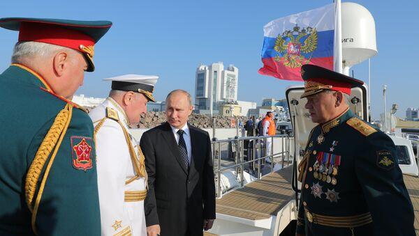 Президент РФ Владимир Путин и министр обороны РФ Сергей Шойгу на Главном военно-морском параде. 29 июля 2018