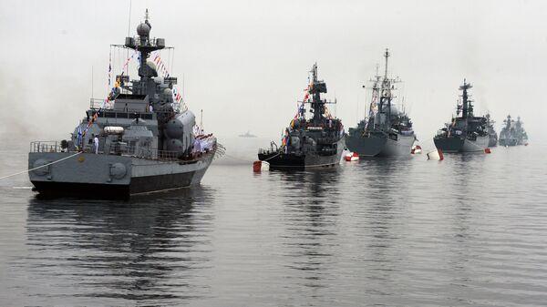 Корабли Тихоокеанского флота (ТОФ) в парадном строю на праздновании Дня Военно-Морского Флота во Владивостоке.