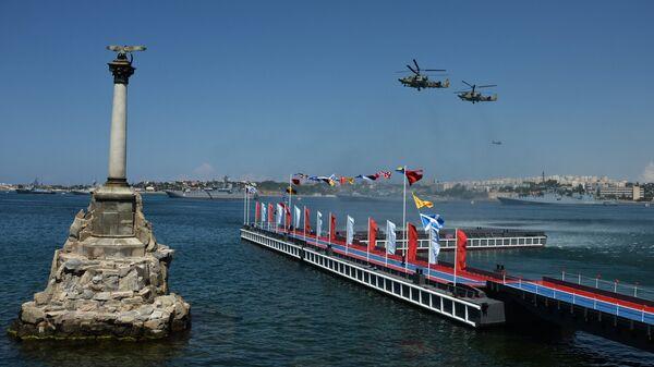 Вертолеты Ка-52 на праздновании Дня Военно-Морского Флота в Севастополе. Слева - памятник затопленным кораблям.