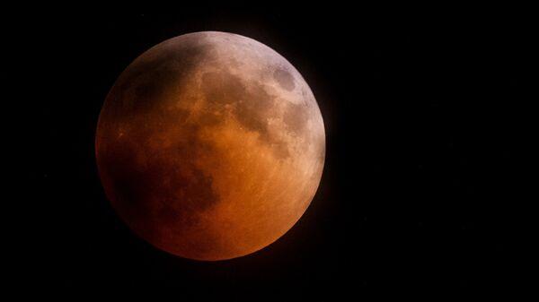 Луна во время затмения над горой Ай-Петри в Крыму