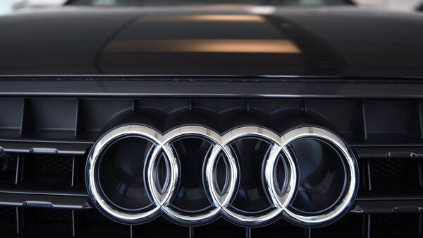 Эмблема Audi на автомобиле в официальном дилерском центре Ауди Центр Таганка в Москве