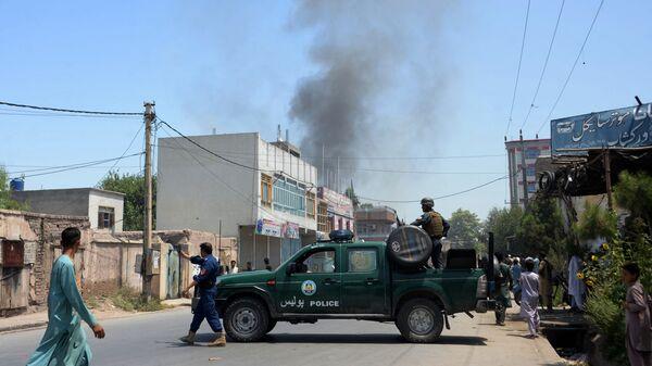 Афганские военные недалеко от места нападения на госучреждение в городе Джелалабад, Афганистан. 31 июля 2018