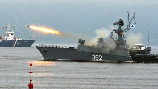 Малый противолодочный корабль выполняет стрельбу реактивной бомбометной установкой на праздновании Дня Военно-Морского Флота во Владивостоке