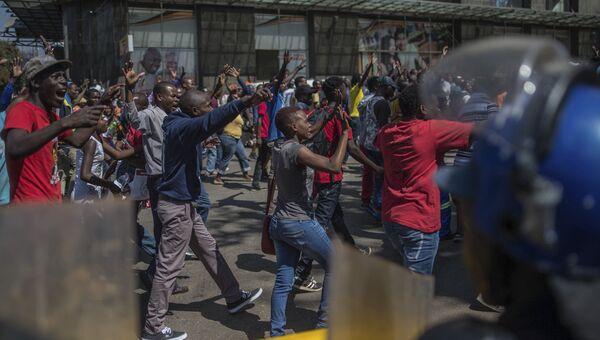Участники протеста в Хараре в Зимбабве. 1 августа 2018