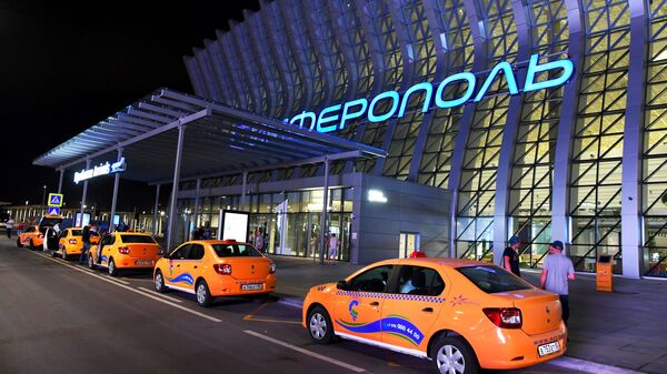 Такси у здания терминала Крымская волна международного аэропорта Симферополь