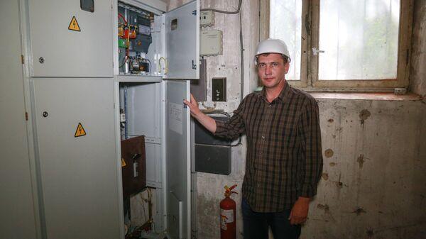 Вадим Комса демонстрирует обновленный центр питания электроснабжением