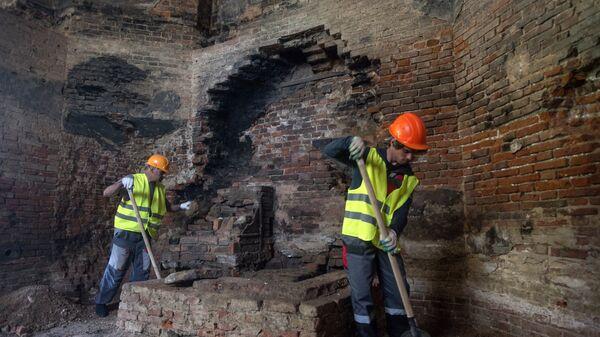 Рабочие во время реставрации объектов в Александровском парке Государственного музея-заповедника Царское село