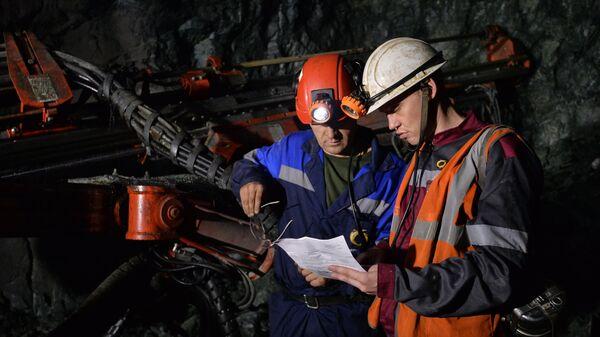 Рабочие в шахте Учалинского горно-обогатительного комбината (ГОК)