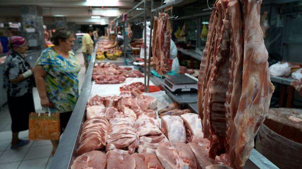 Покупатели у прилавка с мясом на Центральном колхозном рынке в Краснодаре