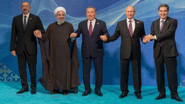 России Владимир Путин на церемонии совместного фотографирования глав государств-участников V Каспийского саммита в Актау. 12 августа 2018