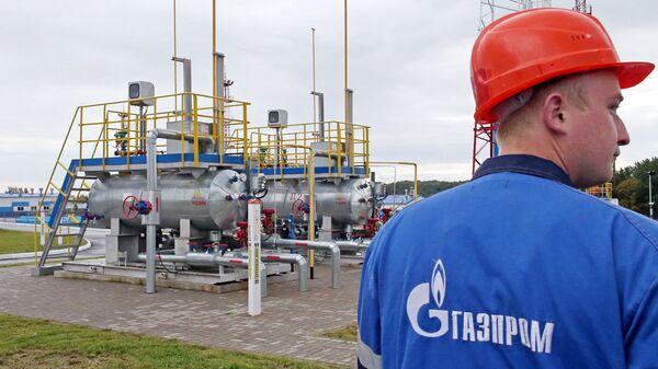 Рабочий на территории хранилища газа. Архивное фото