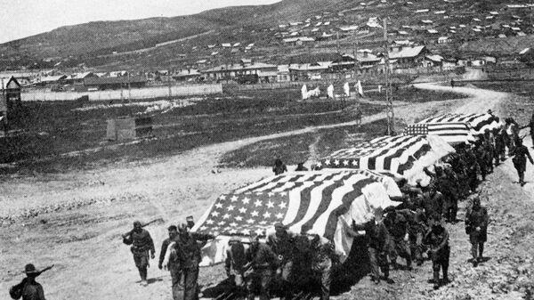 Американские интервенты везут платформы с погибшими во время боев на Дальнем востоке для дальнейшей транспортировки в США. 1920 год