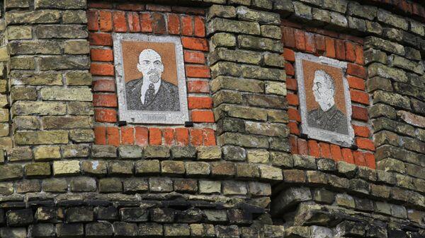 Мозаичные портреты Ленина и Сталина на водонапорной башне в городе Новгород-Северский