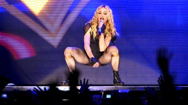 Американская певица Мадонна во время ее тура Sticky and Sweet на стадионе Маракана в Рио-де-Жанейро. 14 декабря 2008 года