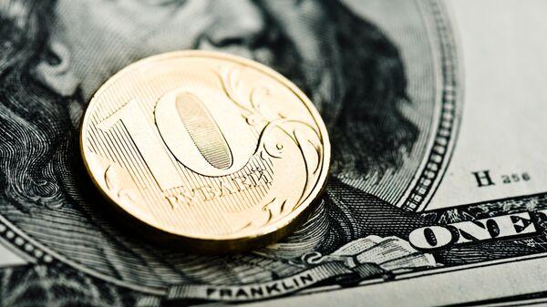 Российские рубли и доллары США. Архивное фото