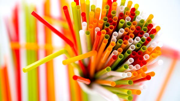 Не хвататься за соломинку: мир объявил войну пластиковым трубочкам