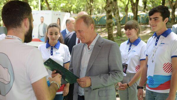 Президент РФ Владимир Путин во время осмотра выставки проектов Эко-тропа по России - стране возможностей, организованной в рамках форума Машук-2018 в Пятигорске. 15 августа 2018